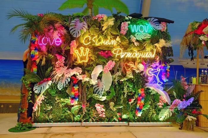 Большая фотозона Гавайи с неоновыми надписями