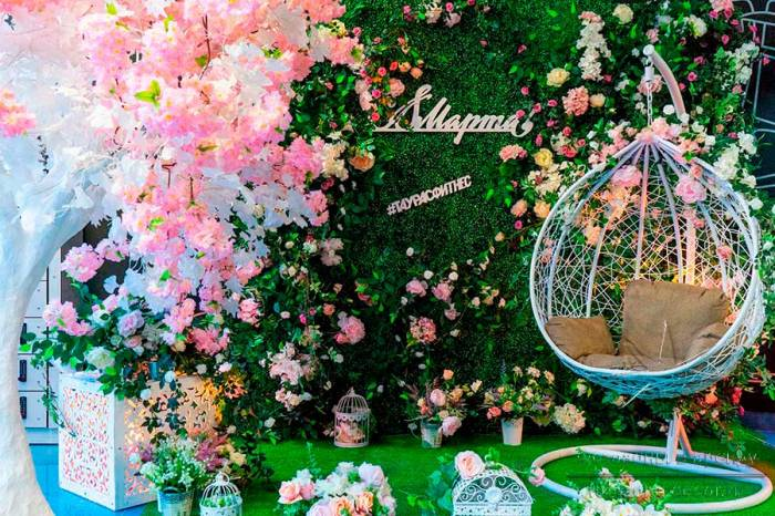"Фотозона ""Качели в саду"", с фоном из самшита"