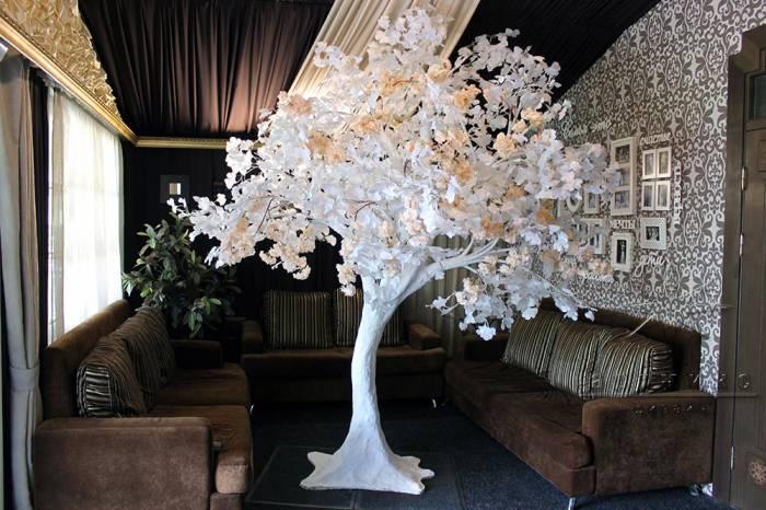 Белое дерево с кремовыми розочками